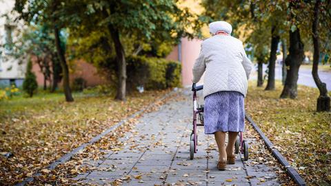 Hoogbejaarde vrouw (90) bestolen van handtas na babbeltruc
