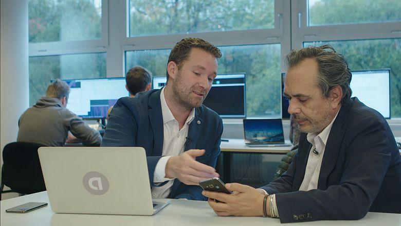 Cybercrime-expert Stan Hegt (links) in gesprek met Opgelicht?!-verslaggever.
