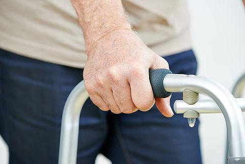Bejaarde mantelzorger licht hulpbehoevende vrouw op voor € 27.000