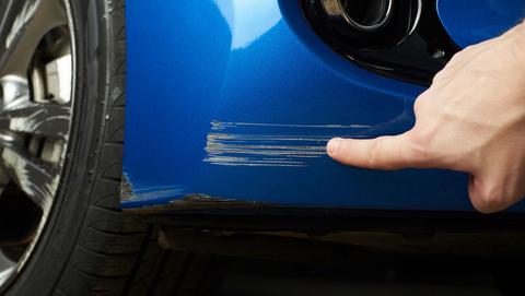 Oplichtingstruc rond verzonnen autoschade aan voertuigen: wat is de 'achteruitkijkspiegel-methode' op parkeerplaatsen?