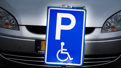 Amsterdamse automobilisten sjoemelen massaal met gehandicaptenkaarten