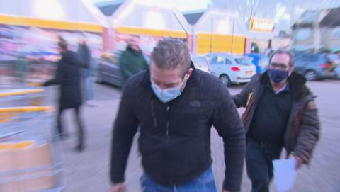 Verraden door opvallende tatoeage: aannemer Albert Both van Bouwbedrijf Stadsbouwer dupeert slachtoffers voor tonnen