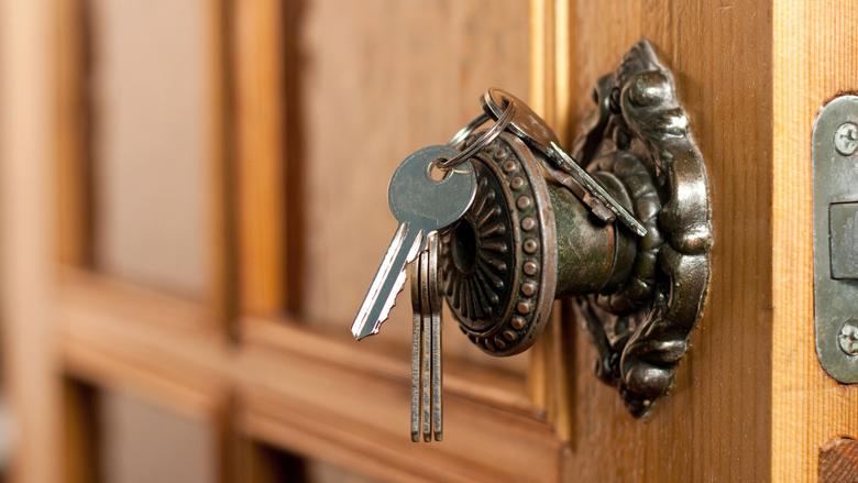Babbelaar maakt foto's van deursloten