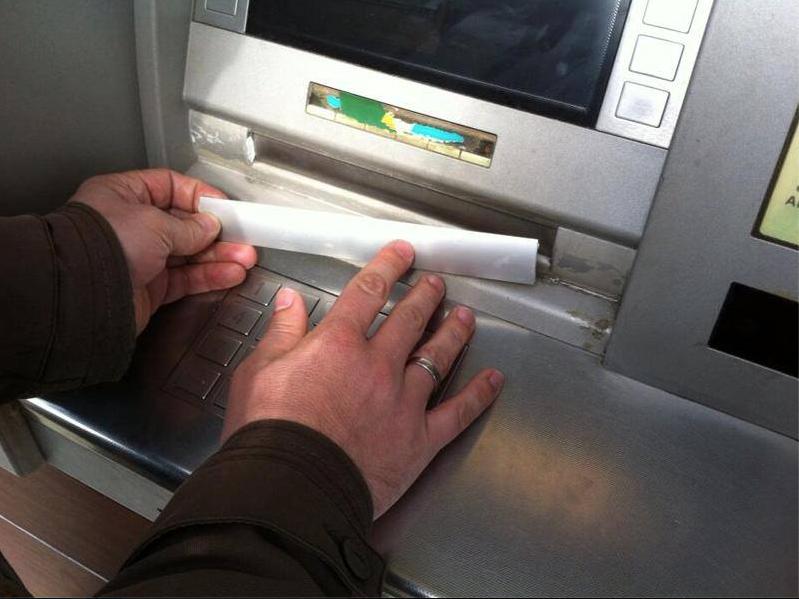 Politie waarschuwt voor plakstrip geldautomaat