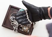 Vrouw roofde sieraden van bejaarden