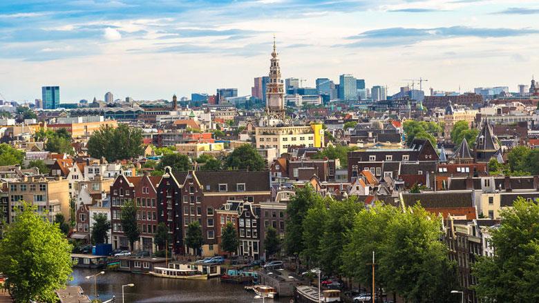 Amsterdam onderzoekt zeven vertrekregelingen van topambtenaren