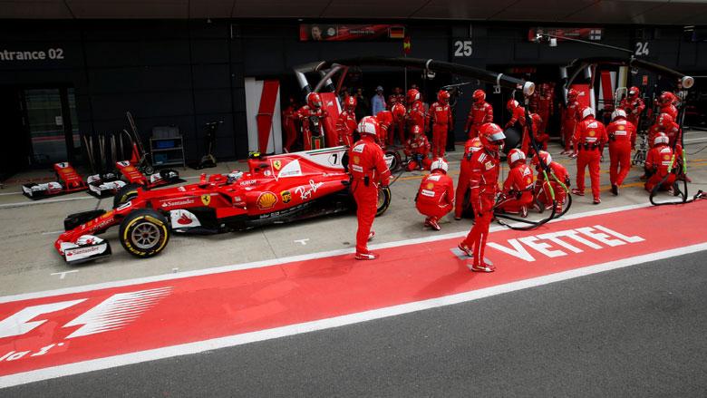 Illegale immigranten liften met Ferrari mee naar Britse Grand Prix