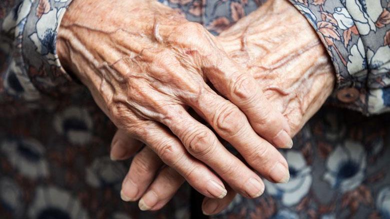 Oude vrouw leeggeplukt door oplichters met babbeltruc