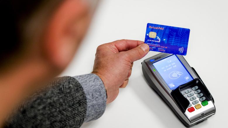 Banken verhogen limiet voor contactloos betalen wegens coronavirus