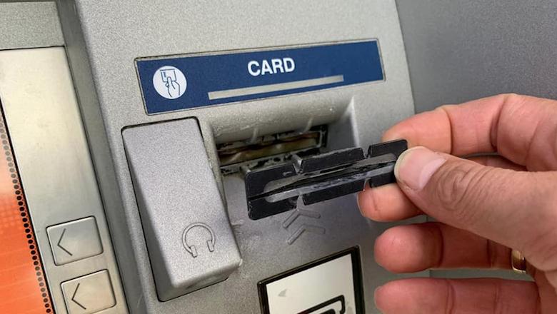 Politie Amsterdam vat skimmers pinautomaat in de kraag