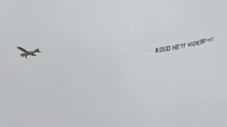 Het betreffende vliegtuigje met de tekst 'Koud he?'